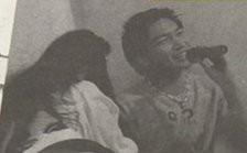 桃田賢斗とスナックママとカラオケツーショット写真