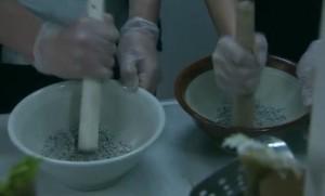 うるし豆の種を細かくすり潰す