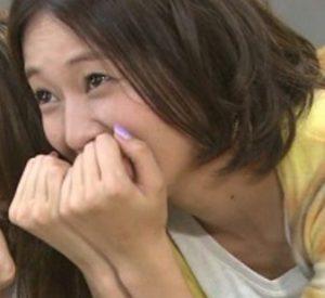 戸田恵梨香の歯茎を手で隠す画像
