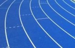 陸上競技場のタータンの色が青い