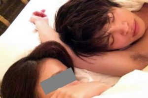 山本裕典のベッド写真(フライデー画像)