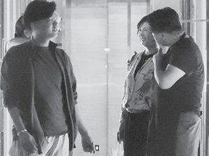 河野景子のフライデー画像I氏(肩を抱く)