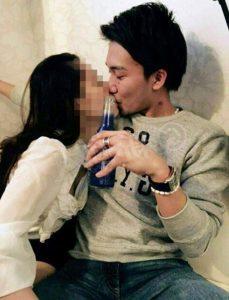 桃田賢斗とスナックママの馬乗りキス画像写真
